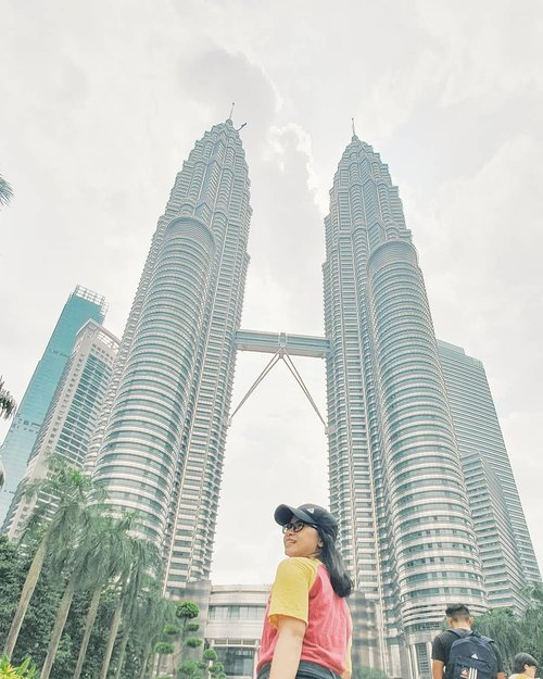 Pose di depan Monas nya Malay dululah . . #DYRKlilingKL #explorekualalumpur  #travelling #malaysia #petronastwintowers #travellinggram #letsgosomewhere #keepexploring #travelworld #clozetteid