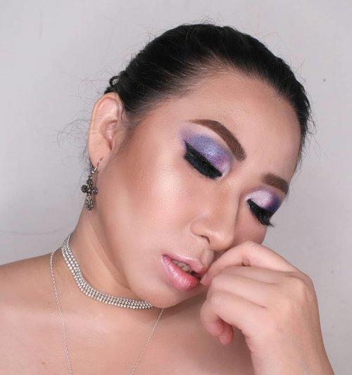 Berhubung gw suka adonan esedo di foto ini, plus ternyata gw ga bikin tuts makeup nya jg (😑) jd gw post lagi pose yg ini.Pose miring gini sakses bikin #doublechin tersamar dengan indahnya..Btw udh nonton video gw jadi jaguar belom? Cuz ke link di bio buat liat eaaaa..#fdbeauty #clozetteid #tampilcantik #bunnyneedsmakeup #wakeupandmakeup #indobeautygram #brian_champagne #barbies #