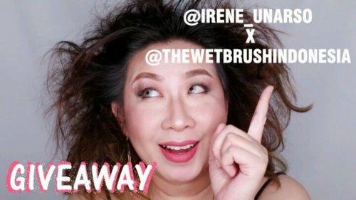 GIVEAWAY TIME!!!! . Udah tau donk the wet brush yg fenomenal itu? The Wet Brush merupakan sisir yang bisa menyisir halus rambut singa atau sasakan parah tanpa bikin rambut rontok atau pedes ketarik2!! ❤ . Nah gw dan @thewetbrushindonesia ngadain giveaway, dan ada 5 buah the wet brush buat 5 orang pemenang di giveaway ini. . Caranya gampang banget, ikuti step by step ini jangan sampe missed ya . 1. Follow gw @irene_unarso dan @thewetbrushindonesia . 2. Like video ini. . 3. Repost video ini 1 kali saja dan ceritain masalah rambut kusut yang pernah lo rasain, jangan lupa mention 3 teman lo dan ajakin buat ikutan giveaway ini. . 4. Jangan lupa sertakan hashtag #irenexthewetbrushindonesia. . 5. Periode giveaway adalah 11 Agustus 2017 s/d 31 Agustus 2017. Pengumuman pemenang dilakukan pada tgl 4 September 2017. . 6. Open for Indonesian Residence only. . 7. Unfollow setelah GA berakhir bakal mengakibatkan rambut lo kusut seumur hidup. . Gampang kan. Yuk cuz lah ikutan. . . @indobeautygram #ibv #indobeautyvlogger #giveaway #giveawayindo #giveawayid #bagibagihadiah #thewetbrush #thewetbrushindonesia #kuter #fdbeauty #muajakarta #muakelapagading #makeupartist #hairdo #hairdojakarta #bloggerindonesia #bblogerid #vloggerid #kbbvmember #bvloggerid #clozetteid