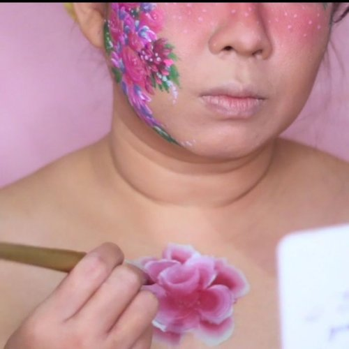 (post ulang).Another video for my #onestrokeroses. On this video, we're focused onhow to make bigger rose using bigger flat brush and also i am using @mehronmakeup prismablend fleur for the roses.Complete tutorial can be found on my youtube channel. You can click link on my bio to watch the complete tutorial._________.Yok, yang pengen tau gimana bikin kembang bisa cuss ke yutub channel gw ya. Nonton donk, trus dikomen. Link nya ada di bio. Makasii 🌹🌹🌹..#faceart #facepaintingideas #facepaint #facepainting #facepainter #wakeupandmakeup #onestrokeflowers #flowerfacepaint #xmakeuptutsx #makeuptutorial #feature_my_stuff #facepaintcom #facepaintcomroses #indobeautygram @indobeautygram #indovidgram @indovidgram #ivg #ivgbeauty #kbbvmember #bunnyneedsmakeup @bunnyneedsmakeup #inspirasimakeup #mehronmakeup #dupemag #tampilcantik #fdbeauty #clozetteid