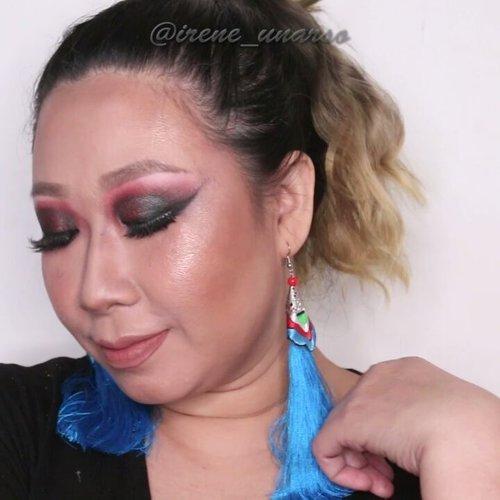 Smokey eyes semu semu ijo merah. Susah ya namainnya. Btw ini #minitutorial dari foto yg gw uplot td pagi..Mekap kek ginian cocok buat segala aktivitas yang membutuhkan pandangan mata tajam mencekam nan menusuk. You'll figure it out 😄.Deets (yg lebih detil dr foto td) :@makeupforeverofficial Ultra HD foundation. @urbandecaycosmetics Naked Skin Concealer.@zapcoid @zap_beauty Loose Powder.@benefitindonesia Precisely My Brow Pencil.@katvondbeauty Shade Light Contour Palette.@catrice.cosmetics Sun Glow Matte Bronzer.@milanicosmetics Baked Blush Fantastico Mauve.@beccacosmetics Shimmering Skin Perfector opal + rose gold.@mineralbotanica Henna Night Layla.@nyxcosmetics_indonesia Lingerie Lace Details... ..#smokeyeye #makeuptutorial #minitutorial #nudelip #tampilcantik @tampilcantik #bunnyneedsmakeup @bunnyneedsmakeup @bvloggerid #bvloggerid #kbbvmember @indobeautygram #indobeautygram #ibv @indovidgram #ivgbeauty #ivg #wakeupandmakeup #feature_my_stuff #maryhadalittleglam #fdbeauty #clozetteid #muajkt #muaworldwide #muakelapagading #tutorialdandan #belajardandan #makeupbold