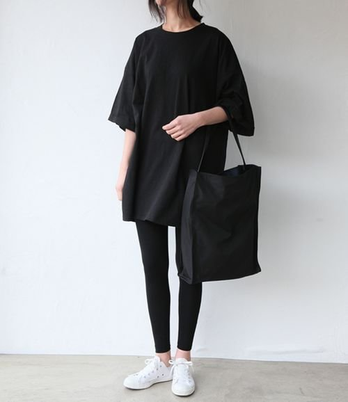 Ultimate inspiration for casual look with tote bag, sneakers, t-shirt & legging. Plusss it's black! Source : Pinterest.