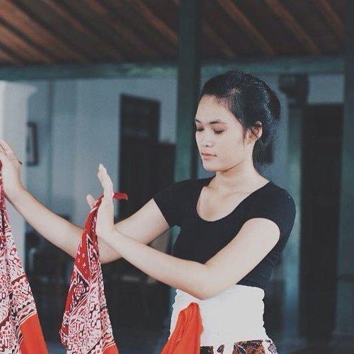 Kamu pasti pernah ada di dalam suatu momen ketika kamu tersadar bahwa kamu sudah terlalu jauh melangkah dan melupakan sebuah keahlian dan kesenangan yang membahagiakanmu, lalu seketika itu juga kamu merasa kehilangan sesuatu yang berarti. Begitu pun aku, aku merindukan kegiatan ini, menari yang dulu menjadi bagian dari kehidupanku, perlahan menghilang dan menjauh. Aku rindu menjadi penari...... . . . . #yogyakarta #explorejogja #dance #dancing #dancer #traditionaldance #ootd #vscocam #clozetteid #tbt #throwback