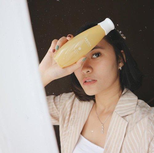 Sudah hampir 2 minggu aku pakai Citrus Brightening Toner dari @frudiaindonesia ✨Zuzur ...awalnya agak ragu sama produk ini, apakah iyaaa bisa beneran bikin cerah dan apa sih efek samping nya?⠀Saat pertama kali unboxing, aku langsung suka sama packaging nya yang eye catching banget, mirip kayak botol minuman gituuu jadi kalau liat seger banget. Kalau disuruh nilai packaging, ini kayaknya ter apik dan ter lucu dari semua toner yang pernah aku cobain hehe.⠀Terus aku coba nyium wanginya dan aku suka sama sensasi segar si citrus, yang lebih kecut dari jeruk tapi ngga bikin eneg apalagi bikin hidung rasanya kayak ketusuk sama wanginya gitu. Kecut tapi soft banget dan segar. Mirip kayak jeruk nipis mungkin yaaa.⠀Nah, pas aku cobain produknya, ini nih kesimpulan yang aku dapet.✨ seger banget pas dipakai, after taste nya itu wajah jadi berasa segeer banget✨ ampuh banget mengangkat kotoran yang tersisa, jadi kerasa lebih bersih✨ belum kerasa lebih 'cerah' karena baru 2 minggu✨ tapi...gatau kenapa aku ngerasa kulitku jadi lebih seger gitu lhoo keliatannya. Lebih 'bersih' juga lho!✨ OK banget dipakai sebelum makeup ataupun malam sebelum tidur✨✨⠀Kayaknya setelah pemakaian sebulan lebih mungkin baru keliatan yaaa cerahnya. Tapi so far sih produk ini bakalan terus aku pakai sampai habispun aku bakalan beli lagi deh pastinya😍⠀#deniathlyreview #frudiaindonesia #frudiatoner #citrusbrighteningtoner #jogjabloggirls #skincareforbasemakeup #clozetteid
