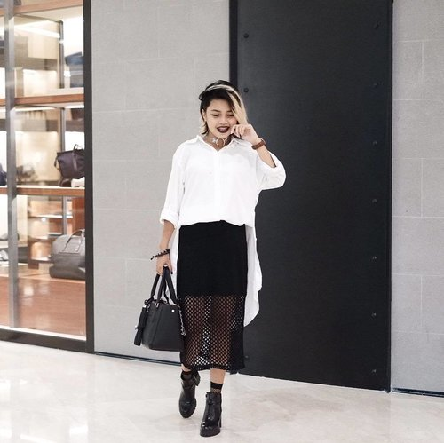 My current favorite look of my outfit, when i wore my white shirtdress as a loose top, and black net skirt then i paired with shiny boots 💣🖤 #TipsMixnmatchAlaOnya 😆 • 📸by sister @rhanyachmad 🙏🏻 #clozetteid #fashiondaily #ootd #blogger