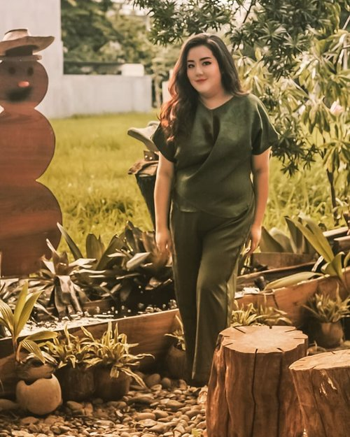 Red is to mainstream for CNY.. Let's go with green then 🤭🤭...👗 @hanbai.store provides me with this green jumpsuit ...#ootd#ootdfashion#summeroutfit#lifeissosimple#travelwithstyle#stylewithme #selfie#stevydiary#thanksgod#instagram#walkwithstevy#celebratemysize#plusmodelmag#lookbookindonesia#endorsement#ootdasia#clozetteid#cny2020