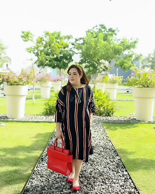 """Sometimes, back to vintage is nice theme""...My vintage stripes midi dress by @yoinsplus ...#ootd#ootdfashion#summeroutfit#lifeissosimple#travelwithstyle#stylewithme #selfie#stevydiary#thanksgod#instagram#walkwithstevy#celebratemysize#plusmodelmag#lookbookindonesia#endorsement#ootdasia#clozetteid"
