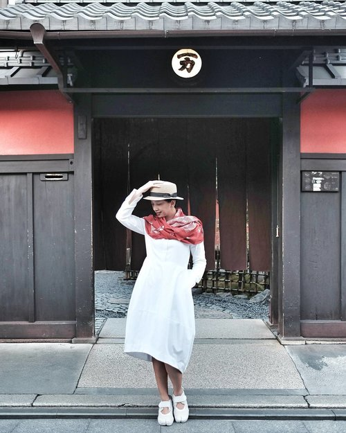 Posed in front of a prominent tea house in Gion area while waiting for Geisha and Maiko to pass by.  #OOTD #OOTDindo  #LookbookIndonesia  #ClozetteID  #Kyoto #Japan