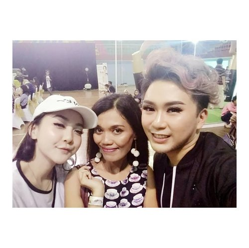 Ya ampun sabar banget liatin 2 influencer Ni ngeladenin yg minta photo...termasuk akyu..😍😍😍 sukses buat kalian yaa @astaririri@alphamakeup 💪.....#ootd #instafashion  #makeupartist #muajakarta #makeuppreweding #makeupwedding #glammakeup #photography #pose #cosmetic #lipstick  #highlighter #blushon #brushset #travel  #blogger #vlogger #influencermarketing  #style #bridemakeup #clozetteid #clozettepotw #bluedress #makeupchallenge #giveaway #golcantikpurbasari