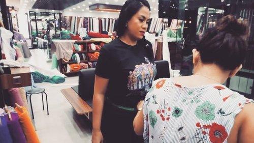Sudah pada nonton Weddingg Vlog gue nomer #6 belummmm... Susahnya mewujudkan color scheme gue yg ajaib ini. Hihihi... Direct link ada di profile yaaaa... Jangan lupa di like dan di subscribe.... . . #indonesianbeautyvlogger #vlogger #vlog #vlogwedding #weddingvlog #geekandthegank # Maybelline #foundationreview #clozetteid