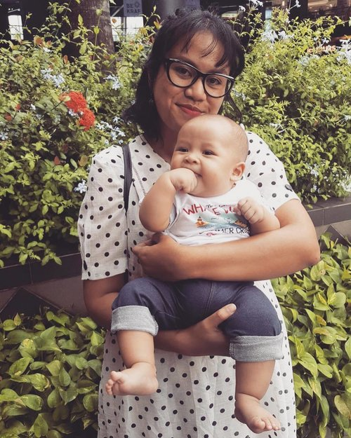 Please excuse my another polkadot dress.... But Baby Arka tangan roti cobek gembul gembil made this picture not boring at all kan.... . . #blogger #beautyblogger #vintage #vintageblogger #vintagelifestyle #vintagemakeup #vintagefashion #asianpinupgirl #vintageootd #indonesianvintage #truevintageootd #clozetteid #indopinups