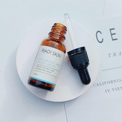 2020 Empties - favorit face serum! ♡ 𝗥𝗮𝗱𝗶 𝗦𝗸𝗶𝗻 𝗛𝘆𝗮𝗹𝘂𝗿𝗼𝗻𝗶𝗰 𝗔𝗰𝗶𝗱 𝗠𝗼𝗶𝘀𝘁 𝗦𝗲𝗿𝘂𝗺𝗜𝗻𝗴𝗿𝗲𝗱𝗶𝗲𝗻𝘁𝘀 : 𝘈𝘲𝘶𝘢, 𝘈𝘭𝘭𝘢𝘯𝘵𝘰𝘪𝘯, 𝘋𝘪𝘴𝘰𝘥𝘪𝘶𝘮 𝘌𝘋𝘛𝘈, 𝘏𝘺𝘢𝘭𝘶𝘳𝘰𝘯𝘪𝘤 𝘈𝘤𝘪𝘥, 𝘚𝘰𝘥𝘪𝘶𝘮 𝘈𝘴𝘤𝘰𝘳𝘣𝘺𝘭 𝘗𝘩𝘰𝘴𝘱𝘩𝘢𝘵𝘦, 𝘗𝘩𝘦𝘯𝘰𝘹𝘺𝘦𝘵𝘩𝘢𝘯𝘰𝘭, 𝘈𝘭𝘰𝘦 𝘉𝘢𝘳𝘣𝘢𝘥𝘦𝘯𝘴𝘪𝘴 𝘌𝘹𝘵𝘳𝘢𝘤𝘵, 𝘏𝘺𝘥𝘳𝘰𝘹𝘺𝘦𝘵𝘩𝘺𝘭 𝘜𝘳𝘦𝘢𝗞𝗹𝗮𝗶𝗺 : melembabkan, mencerahkan, menghaluskan kulit dan membuat kulit lebih kenyalThis serum was good, it really hydrated my face ~~ I love this serum although I don't really see the difference on my skin instantly, but it works from within and under the skin barrier 😍 Menurutku, ini tuh serum dengan kandungan 𝗛𝘆𝗮𝗹𝘂𝗿𝗼𝗻𝗶𝗰 𝗔𝗰𝗶𝗱 ternampol yang pernah aku coba 💙 kulit wajah auto lembab dan kenyal! Teksturnya juga cair jadi cepat meresap tanpa meninggalkan rasa lengket dikulit💕 𝗗𝗲𝗳𝗶𝗻𝗶𝘁𝗲𝗹𝘆 𝘄𝗶𝗹𝗹 𝗿𝗲𝗽𝘂𝗿𝗰𝗵𝗮𝘀𝗲!