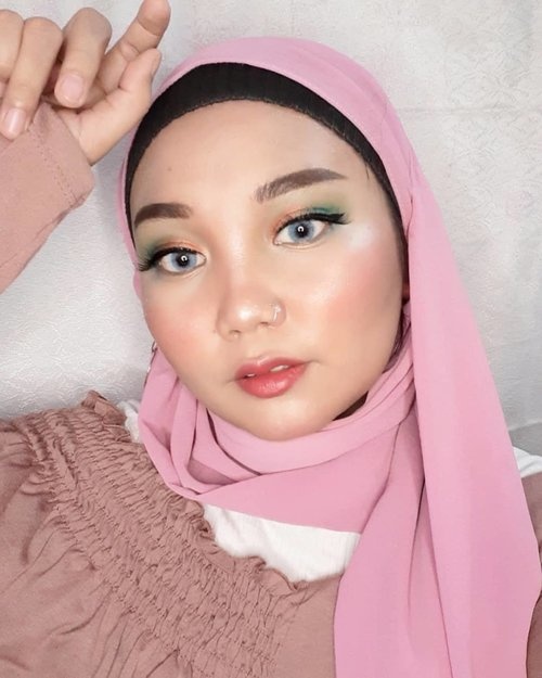 Happy weekend 𝐋𝐨𝐯𝐞𝐥𝐲 💕.👁️ @saceladycosmetic Tinted Brow Gel👄 @inga_official Semi matte lipstick shade 04 someone like