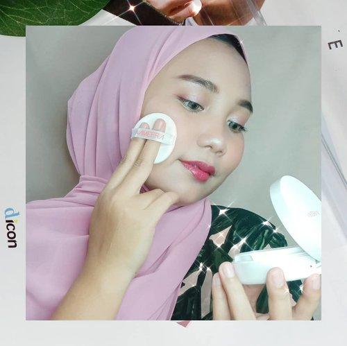 I'm so happy bisa cobain produk lokal dan halal dari@nameeraid ❣️ dan ternyata produk 𝗡𝗮𝗺𝗲𝗲𝗿𝗮 ini bukan cuma skincare aja loh, tapi ada makeup juga 😍-Semua produk 𝗡𝗮𝗺𝗲𝗲𝗿𝗮 dari bahan-bahan yang alami yaitu perpaduan Lotus Essense dan Pure Water, sehingga aman untuk semua jenis kulit. Dapat membantu memancarkan wajah cerah alami 😊-Ada 5 produk 𝗡𝗮𝗺𝗲𝗲𝗿𝗮 yang aku pakai ♡ 𝗣𝘂𝗿𝗲 𝗥𝗮𝗱𝗶𝗮𝗻𝘁 𝗛𝘆𝗱𝗿𝗮𝘁𝗶𝗻𝗴 𝗚𝗲𝗹 𝗖𝗹𝗲𝗮𝗻𝘀𝗲𝗿♡ 𝗛𝘆𝗱𝗿𝗮 𝗚𝗹𝗼𝘄 𝗘𝘀𝘀𝗲𝗻𝗰𝗲 𝗪𝗮𝘁𝗲𝗿♡ 𝗣𝘂𝗿𝗶𝗳𝘆𝗶𝗻𝗴 𝗚𝗹𝗼𝘄 𝗣𝗲𝗿𝗳𝗲𝗰𝘁𝗶𝗻𝗴 𝗠𝗶𝘀𝘁 𝗨𝗩 𝗣𝗿𝗼𝘁𝗲𝗰𝘁𝗲𝗱♡ 𝗣𝘂𝗿𝗲𝗹𝘆 𝗕𝗿𝗶𝗴𝗵𝘁 𝗠𝗶𝗰𝗲𝗹𝗹𝗮𝗿 𝗪𝗮𝘁𝗲𝗿♡ 𝗡𝗮𝘁𝘂𝗿𝗮𝗹𝗹𝘆 𝗟𝘂𝗺𝗶𝗻𝗼𝘂𝘀 𝗕𝗕 𝗖𝘂𝘀𝗵𝗶𝗼𝗻 𝘀𝗵𝗮𝗱𝗲 𝗻𝘂𝗱𝗲Semua produk dari 𝗡𝗮𝗺𝗲𝗲𝗿𝗮 sangat cocok diikulit ku yang oily, hasilnya bikin kulit wajahku lembab, cerah dan glowing✨-Review masing-masing produk sudah bisa kalian baca di Blog aku 𝙬𝙬𝙬.𝙝𝙖𝙡𝙤𝙖𝙣𝙞𝙨𝙖.𝙘𝙤𝙢 🌹--#nameera#cantiknyafitrah#nameeraxclozetteidreview#clozetteid#clozetteidreview