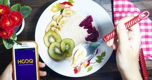 Thuesday healthy before chrismastday . My Breakfast food with outmeal , kiwi, banana, red dragon fruit and @hooq_id #enjoyhooq #hooqtimeanytime #clozetteid #foodplay #playart #flatlay #pornofood #foodporno