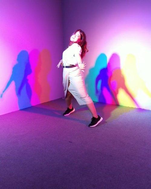 "Sisa manggung "" Berharap tak berpisah "" anti Corona 😂😂_Fun banget sambil nyanyi di @imagi.space Ga nyangka aku berbakat banget 😁 Tolong di Vote biar aku menang yaa penonton 😁.....#clozetteid #imagispace #berharaptakberpisah #viral #trending #dance #tiktokgirls #fun #explore #explorepage #소통스타그램 #좋아요#좋반 #선팔 #얼스타그램 #셀카 #셀피#좋아요반사 #likeforlikes #likeforlike#likeforfollow #맞팔 #선팔하면맞팔"