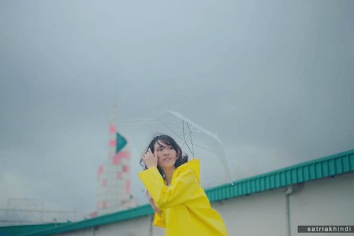 [All set for the rain] 📷 @satria_khindi . . #clozetteid #clozette #thatsdarling  #minimalstyle #pursuepretty #fshnbnkr #flashofdelight #morninglikethese  #mybeautifulmess #thehappynow