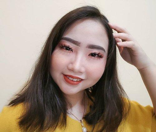 DAY 7 🦄 #30DaysMakeupWithNda . Mon maaf baru sempet up foto makeup look hari ke 7 🤣 tapii ini makeup terbaru loh! Baru beberapa hari yg lalu bikin nya dan yg jadi fav ku eyelook, fake eyelashes dan lipcream nya ❤️💄 BTW, abaikan alis kiri dan kanan yg sepertinya gak sama ya 😝 . . So, this is my 𝐩𝐞𝐚𝐜𝐡𝐲 𝐠𝐥𝐢𝐭𝐭𝐞𝐫𝐲 𝐦𝐚𝐤𝐞𝐮𝐩 𝐥𝐨𝐨𝐤 🤣 .  Peachy eyelook pakai @inivindy x @avionebeauty magic palette dengan sentuhan glitter nya @nyxcosmetics_indonesia Glitter Goals Cream Quad Palette ✨ Ditambah fake eyelashes super unique from @pheblie.makeup dan warna lipcream fav ku dari brand kecintaanku @raikubeauty 💄 . . Gimana nih? Ada kritik dan saran kah dari men temen untuk makeup kali ini? 💞💋 FYI, soal alis sih kalo disini aku lagi pake pensil alis @revlonid trus isi bagian dlmnya pake @makeoverid eyebrow definition kit 👀 . . 🦄 Λpril 07, 2020 . #AforAlinda #Alindaaa29 #Alinda #ClozetteID @clozetteid @beautycollab.id @bloggervloggersmg #30DaysMakeupWithNda #makeup #makeuplook #graduationmakeup #inspirasikecantikan #tampilcantik #beautycollabid #bloggervloggersmg #influencer #influencers #influencersemarang #endorsement #endorsementsemarang #dirumahaja #ubahinsekyurjadibersyukur #jalani_nikmati_syukuri #rezekigakketuker #VloggerSemarang #BloggerSemarang