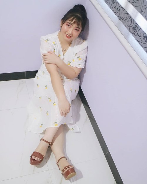 i'm feel so blessed 🙏💗 . . photoshoot di rumah sblm kejadian malam 17an 🤣 . . . . . jatuh itu sakit, bangun itu semangat 😝 . (udah gitu aja clue nya wkwk) . 👗 super cute dress by @hanabynana . 👡 comfy wedges by @mamasoul_id . 💍pretty necklace by @che_byshely . . 🕊️ αυgυѕт 18, 2020 . #AforAlinda #Alindaaa29 #Alinda @clozetteid #ClozetteID #ootd #outfitoftheday #onmamasoul #hanabynana #hanadarling #wearhanadaily #enjoylife  #ubahinsekyurjadibersyukur #jalani_nikmati_syukuri #rezekigakketuker #VloggerSemarang #BloggerSemarang