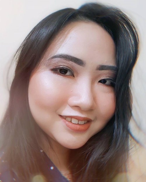 DAY 30 🦄 #30DaysMakeupWithNda . FINALLY!!! Last day upload makeup look for 30 Days Makeup With Nda 🎨 Makacih yang udah support challenge ini, tgguin challenge berikutnya di bulan Mei ya! And THANKS FOR 10K FOLLOWERS ❤️❤️❤️ Thankyou for your support guys! Me luv you all 😘 . . So, this is my 𝐬𝐦𝐨𝐤𝐞𝐲 𝐞𝐲𝐞𝐬 𝐦𝐚𝐤𝐞𝐮𝐩 𝐥𝐨𝐨𝐤 🤩 .  Siapa yg kemarin request aku bikin smokey eyes makeup? Here is it! Awalnya mau recreate smokey eyes nya kak @tasyafarasya tapi ternyata gagal, okey baik no problem yg penting smokey eyes nya dapet kan ya? Makasih kak @ellykusumaaa udah request ❤️ .  Berhubung mata udah smokey & bold, lipsticknya aku buat nude tapi cerah dan yg paling penting tetep harus glowing manjahh ya 😝 Tutorialnya aku up besok ya guys! Special collab brg temen sesama beauty enthusiast ku 💃 . . Dengan berakhirnya challenge #30DaysMakeupWithNda aku mau ngucapin makasih yg udah ikut meramaikan hastag ini ❤️ dan sbg apresiasi nya, aku mau kasi special gift bt kalian semua yg udah ikutan challenge ini nanti aku DM aja ya Luv! . . 🦄 Λpril30, 2020 . #AforAlinda #Alindaaa29 #Alinda #ClozetteID @clozetteid @beautycollab.id @bloggervloggersmg #30DaysMakeupWithNda #beautycollabid #bloggervloggersmg #15dayscontentmarathon @amandasmess #makeup #makeuplook #facepaint #facepainting #inspiredmakeup  #inspirasikecantikan #tampilcantik #beautycollabid #bloggervloggersmg #influencer #influencers #influencersemarang #endorsement #endorsementsemarang #dirumahaja #ubahinsekyurjadibersyukur #jalani_nikmati_syukuri #rezekigakketuker #VloggerSemarang #BloggerSemarang