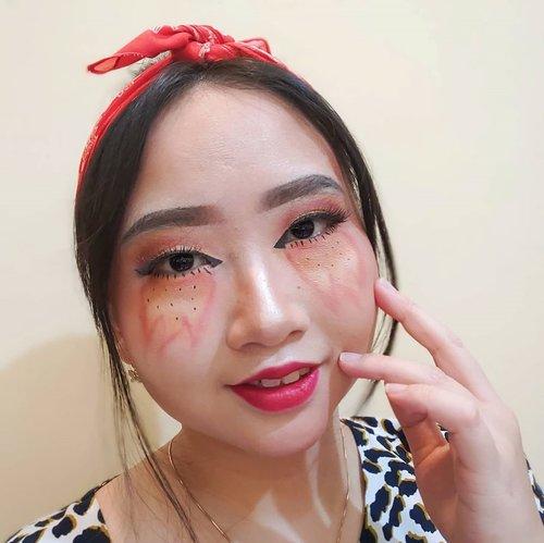 """DAY 22 🦄 #30DaysMakeupWithNda . SWIPE 👉 for more detail, ekspresi and pict with filter . . Kemarin dapet request dari @gardesfutuhona untuk post face painting makeup and yass!! todayy aku kabulin nih 🔥 Walaupun masi blm terlalu rapi, tapi semoga ke depannya bisa lebih baik daripada yg skg. Oukai? . . So, this is my 𝐬𝐮𝐧𝐬𝐞𝐭 𝐨𝐧 𝐟𝐢𝐫𝐞 𝐩𝐚𝐢𝐧𝐭𝐢𝐧𝐠 𝐦𝐚𝐤𝐞𝐮𝐩 𝐥𝐨𝐨𝐤 🔥💄 .  Kenapa aku namain sunset tapi """"on fire""""? Karena tadi tuh sebenarnya aku mau bikin ala matahari terbenam. Eyeshadow udah oke, warna nya udah masuk, nah pas bagian gambar matahari kok kayaknya fail bgt ya 😂 jadi ku memutuskan untuk gambar api aja di bawah mata wkwk. Nyambung ga nyambung, disambungin aja lah ya HAHA 😅 .  ANIWAY, aku mulai belajar face painting itu udah dari tahun 2018 dan memang butuh effort yg lebih untuk menghasilkan art look yang rapi dan detail. Buat aku yang ga punya bakat gambar apalagi menggambar di wajah, aku butuh waktu kurang lebih 2 jam untuk face painting. Malah awal2 pernah sampai 3 jam lebih dan hapusnya cuma 10 menit 😝😜 . . ❓Kak, ini pake face art palette apa? 👍 Fyi, aku ga punya cat warna khusus buat wajah yg otomatis aku bikin look ini cuma pake eyeshadow palette aja. Eyeshadow nya punya @beautyglazed yg super pigmented dan suka semua warna nya ❤️ . . Jadii, siapkah kalian belajar menggambar di wajah? Atau malah hobi, hayo? 😜 Tunggu karyaku lainnya! . . 🦄 Λpril22, 2020 . #AforAlinda #Alindaaa29 #Alinda #ClozetteID @clozetteid @beautycollab.id @bloggervloggersmg #30DaysMakeupWithNda #makeup #makeuplook #facepaint #facepainting #onfire #inspiredmakeup  #inspirasikecantikan #tampilcantik #beautycollabid #bloggervloggersmg #influencer #influencers #influencersemarang #endorsement #endorsementsemarang #dirumahaja #ubahinsekyurjadibersyukur #jalani_nikmati_syukuri #rezekigakketuker #VloggerSemarang #BloggerSemarang"""