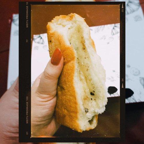 ~ Ngemil roti sobek.Siapa sih disini yang ga doyan ngemil? Tapi, ngemil apa ya yng bikin kenyang? Hahaha 😂 Ya, ngemil Roti Sobek dari @joie.patiserrie donk ❤ .Jujur, aku tipe orang yang ga terlalu doyan sama Roti Sobek, karena kadang rotinya keras dan bikin susah nelen jadi pengen minum terosss. Trus, pas kebetulan beberapa bulan yang lalu, tante aku nyuruh cobain roti kasur (roti sobek dg ukuran gede) @joie.patiserrie dan enak buangettttttt!!!! Tekstur roti nya tuh lembut bgt, isi nya juga padettttt!! Nah, Mulai dari situ, aku kepo donk sama roti ini jadi sempetin cek ke instagram & setelah aku follow, makin pengen beli 😂 snapgram nya menggoda terus untuk beli wkwkwk .Akhirnya kemarin aku memutuskan untuk beli yang ukuran sedang dlu, yaitu Roti Sobek varian Cookies n Cream yang katanya enak juga. Daaann, emang bener sih rasa cookies n cream ini enak bangett! Eitts, ada banyak varian rasa loh! Banyak kok yng rasanya halal dan bisa dikonsumsi oleh smua kalangan 😍 Mantap lah pokoknya, tekstur nya lembut tapi lebih lembut yg roti kasur sih 😂 apa karena makan ku pas ga anget ya roti nya Hehehe 😂 Selain itu, isinyaa duh padetttt buangettt! Puas deh pokoknya! Kualitas nya sesuai dengan hrga yg ditawarkan 💜 Yang bikin aku puas lagi, pelayanan yg ramah & pengiriman cepat banget! Masa iya malem pesen, pagi2 udah smpe loh 😍😍😍😍 .Re-Order??? Pasti lah!!! Next, mau cobain yang rasanya asin2 gurih deh 👍 Eh, ada giveaway juga loh dari @joie.patiserrie 🎉 Aku udah ikutan, bhkan udah spam like sampai fto terakhir wkwk karena pengen bgt cobain roti kasur nya Haha, kalian ikutan juga yuk! .Keterangan lebih lanjut lwt comment ya 😂 caption nya ga cukup Hahaha.#AForAlinda #alindaaa29 #alindaaa #alinda #diarylovalynda #ClozetteID @bloggervloggersmg #BloggerVloggerSMG #jalani_nikmati_syukuri #rejekigakketuker #kulinersemarang #makandisemarang #kulinerdisemarang #makanansemarang #jajanansemarang #rotisobeksemarang #rotikasursemarang #uenaktenan #uenakpoll