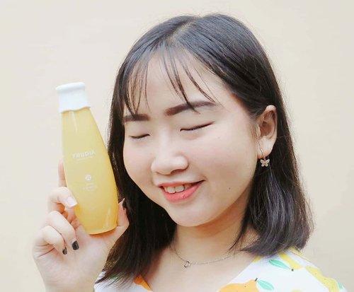 """🍂 ᒍᗩᑎᑌᗩᖇI 21, 2020.Kalian masih inget gak, bbrp waktu lalu aku sempat me-review @frudiaindonesia Citrus Brightening Cream yg ternyata emang bagus buat kulit wajah dan wanginya nyegerin! 💛 .Aku makin excited, nih! Soalnya bisa cobain juga Citrus Brightening Toner yg SUPER LUV banget sama wangi dan hasil pemakaian toner yg bikin wajah jadi lebih fresh & glowing 🍊 .𝘾𝙞𝙩𝙧𝙪𝙨 𝘽𝙧𝙞𝙜𝙝𝙩𝙚𝙣𝙞𝙣𝙜 𝙏𝙤𝙣𝙚𝙧 mengandung 86% ekstrak kulit jeruk yang kaya akan Vitamin C, sehingga dapat menjaga & merawat kesehatan kulit, juga memberikan efek brightening & glowing pada kulit wajah. Selain itu, Toner ini berfungsi untuk membantu memudarkan bekas jerawat, serta dapat meredakan kemerahan & sebagai anti-oxidant ✨ .Aniway, ada promo menarik """"𝘽𝙐𝙔 ❶ 𝙂𝙀𝙏 ❶ worth 400K"""" loh!! Kalian bisa langsung order melalui WA, LINE atau SHOPEE (search: FrudiaIndonesia)🛒...Skincare yang RECOMMENDED & WORTH TO TRY! ⭐.#AforAlinda #Alindaaa29 #Alinda #ClozetteID #SkincareForBaseMakeup #TeenManagement @teen_management #FrudiaIndonesia #ReviewSkincare  #VloggerSemarang #BloggerSemarang"""