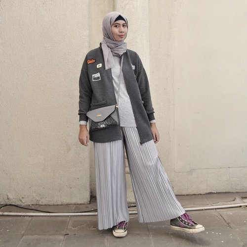 Mono look, grey color from head to toe 😎... Anyway I have been busy with my new activity and I don't any pic to post it (actually these pic is part of my lookbook project 😂). So here I am again as fashun blogga 😄. 📷 : @badlymiss . . . . .  #ootdhijab #hijabfashion #ClozetteID #hijabstyle #modestfashion #modest #fashionstyle #fashion #style #whatiwore #streetstyle  #lookoftheday #photooftheday #instafashion #instastyle #instablogger #instahijab #OhSoJasmine