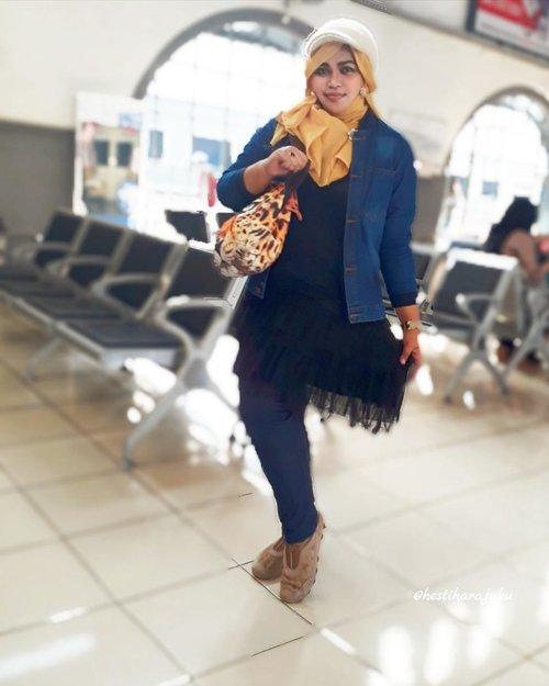 LATEPOST: Fri, October 6th, 2017 ---- 🚄🚅🚈🚉 #PrincessSensei kangen ngebolang ...-------#clozetteid #hijabtraveler #koreanlook #fashion #style #modestwear #hootd #ootd #stylecovered #headscarf #cap #furcap #denim #leopardfacebag
