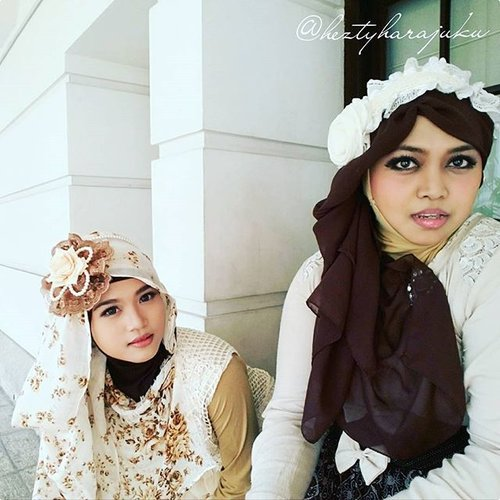 👒👜👠 Sept 12th, 2015 ---- #Shopping & #Jakarta #KotaTua #trip with my #sister @mineko_shirota . #Ojousama / #Princess in #vintagefashion kinda day!... hehe 😉 🌼🌹🌼 ... being #TimeTraveler #sisters again haha! 😄 anyways, the headpieces are our #handmadeaccessories. Kawaii... desune ! 😉 🌹👒👜 #MuslimahTraveler #MuslimLolita #modestfashion #coveredstyle #headscarf #scarf #kawaiistyle #fashion #style #ootd #ClozetteID @clozetteid #FoodTravelerMinekoHezty #stylishtraveler #instatravel #instafashion #JakartaStreetStyle #Dollykei #lolitastyle