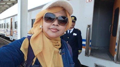 Fri, October 6th, 2017 ---- 🚄🚅🚈🚉 Alhamdulillah... sampe juga! Welcome to #Losari #JawaBarat (#WestJava). Ih... Bapak #Masinis mau ikut eksis hihihi 😂😂😂 --- #PrincessSensei lagi diajak King Babeh ke #Cirebon untuk bersilaturahmi dengan keluarga di kampung halaman Babeh sekaligus berziarah ke makam Mang Tua dan Matua. Klo aja mereka masih hidup, mungkin kesana untuk sungkeman langsung ya... Sayangnya saat ini hanya bisa lewat berdoa tp semoga doanya nyampe amiin yra. Semoga mereka di sana bisa ikut semangat dan bahagia spt Babeh dan Mama amiin... - - - - #clozetteid #hijabtraveler #koreanlook #fashion #style #modestwear #hootd #ootd #stylecovered #headscarf #cap #furcap #denim