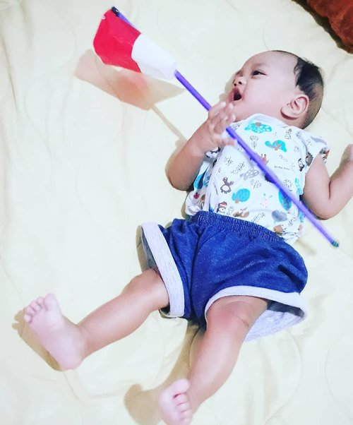 #JelangTujuhBelasan 🇮🇩🇮🇩🇮🇩 #ArtanabilRafisqyErlan (#4monthsoldbaby )👶 feels #excited with his #Indonesianflag from his Eyang-Opa 🧓👵 . Thank you, Eyang-Opa! 😍🤩😘💖#semangat💪 banget ya, anaknya Mami bawa #bendera nyaa... 🇮🇩 🇮🇩🇮🇩----#nhkkawaii #clozetteid#Babyootd #denimstyle#parentinglife#myson#mybabyboy#Independenceday