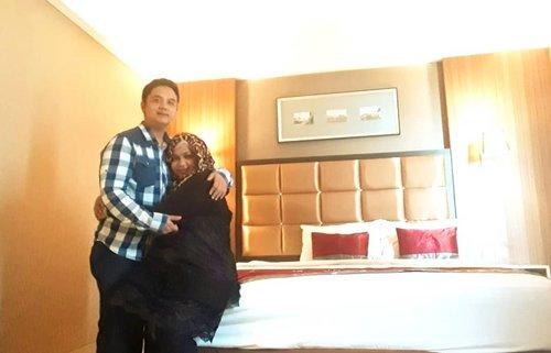 Thu, December 20th, 2018 --- 🤰❤👶 #Babymoon at #TravelloHotel ⭐⭐⭐⭐ #Bandung - #WestJava . Mumpung Papi @erdin.saef ada tugas di Bandung, Mami ikut mudik hehe... dari sini kita akan ke tempat Nenek Kakek. Babymoon sekalian Mami mau berobat juga di sini. Feel better meski masih belum sembuh benar. Masih fighting dengan sinus yg kumat. - - - - #clozetteid #bedroom #hubbyandwifey #visitWestJava #visitBandung #traveling #couplegoals #6monthspregnancy #babyinwomb #DiarySenseiBumil