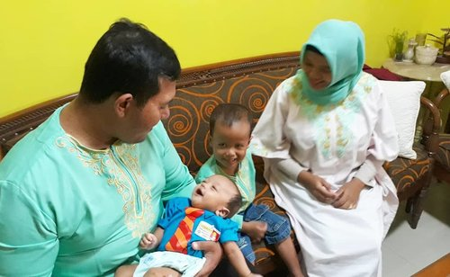 "Fri, June 7th, 2019---- 🍼🤱👔👖👶 Artanabil (#2monthsbaby ) try to communicate with his Uncle Hendri , Aunty @mineko_shirota& cousin Rivaldi - ""aghee... nggiiing...""😂😂--#clozetteid #nhkkawaii#1stLebaran#ootd#babyboy #ArtanabilRagisqyErlan #babyTshirt#babypants#kawaiibaby"