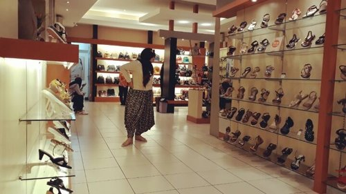Wed, July 12th, 2017 --- Setelah berobat ke RS Salak Bogor, mampir dulu ke #Donatello #Bogor . Misi x ini : searching for #GladiatorShoes hihihi... soalnya sudah bbrp hari ini minta antar @meilina_kurniawati susyaaaah bgt nemunya lolz. Maklum kakinya #Xena #WarriorPrincess itu 39-40 lol . Salah Deptstorenya malah nyediakan yg 36-38 aja buat sepatu yg unik2 😂😂😂 👠👠👠👠 Alhamdulillah... sesuai keyakinanku, di sini pasti ketemu! Urusan sepatu banyak kejodohan sama koleksinya Donatello. Tempatnya nyaman, pelayanannya baik, koleksinya lengkap. 👠👠👠👠 MISSION ACCOMPLISHED! 👞👟👠👡👢 - - - - - - - #clozetteid #hootd #beauty #modestwear #modestfashion #stylecovered #animalprinted