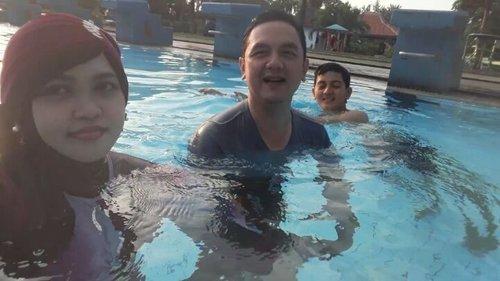 Sat, Sept 16th, 2017--- (Part 2)⛲🌞🌊🏊Finally baru bisa merayakan ultah Naufal dengan renang bareng di #TamanWiladatika #Cibubur , cuma 5 menit dari rumah Eyang-Opa. Idenya baru minggu lalu Naufal sampaikan, dia pengen #refreshing dengan berenang bareng #Bubu dan  #Bapak @erdin.saef . Alhamdulillah nemu juga weekend yg pas meski 1 jam sebelum ditutup hihihi 😂 . Asyik juga renang pas #sunset gini.  Malemnya nonton bareng Om Uli dan Tante Rara di rumah Eyang-Opa. Besok pagi baru cuz lg untuk fitting baju bareng. Semangatt!! 🏊🌊🌞⛲ - - - - - - - #clozetteid #family #love #happiness #swimmingpool #hootd #burkini #turban