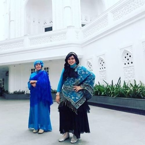 #FLASHBACKSunday: Aug28th, 2016 ---- #RatuJodha menemani Ibu Suri berkeliling #TajMahal hihihi... ceritanya begitu. This is Taj Mahal ala #Sunter #NorthJakarta , masih KWnya...belum yg asli di #India hihi. Namanya #MasjidRamlieMusofa. Masjid yang #multiculture banget karena arsitekturnya mirip Taj Mahal tapi karena yang mendirikannya keluarga Mualaf Tionghoa Indonesia, di dinding2nya pun ada ayat al Quran yang ditulis dalam bahasa Arab dan terjemahannya dalam bahasa Indonesia juga #mandarin . BTW Kami kompak kan... pakai biru2 Indiahe #style? 😉 👗💕🚃 #clozetteID @clozetteid #modestfashion #modestwear #momanddaughter #HOOTD #fashion #fashiongrammer #instafashion #coveredstyle #headscarf #Turban