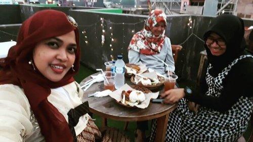 LATEPOST: Tue, June 6th, 2017 --- 🍸🍰🍟🍝 Lagi pada cari tempat #BukBer yg punya #rooftop di #Depok ? Ke #BaperinAja @tempat_baper_ 😂 Apalagi kalau lagi #baper 😎 #Senja di sini bikin baper binggo hihi... Kali ini kami menikmati main course : #PaketNasiBali dan #PaketNasiAyamBakar . Dessertnya: adal #ChocoLavaCake with #IceCream , #KulitAyamCrispy , #OreoMilkshake #FrenchFriestoppingcheese . Masih perlu juga tambahan air mineral karena porsi ice tea di paketnya sedikit lol 😅 takjilnya juga ala kadarnya. Pesen 3 paket yg katanya plus takjil, tp takjilnya hanya 1 gelas 😂😂😂 TAPI... karena memang makanan di sini murah dan rooftopnya cukup nyaman, kami ga protes deh hihihi... So, buat students sih di sini cucok bingit... murmer  hihihi #HappyIftar ! - - - - - - #clozetteid #hootd #style #modestfashion #headscarf #hanbokbatik #foodtraveler #foodhunter #foodie