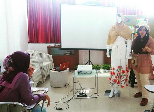 Sat, Nov 12th, 2016--- Explaining about the #makeover / #mixmatch of this #manequin #fashion #style. Kerudung putihnya aku jadikan #obi, untuk kepalanya menggunakan ciput hitam dan kerudung beige sehingga unsur #romantis #RomaGyaru nya dapet hihihi. At @rumah_asra #KawaiiHijab for #Traveler #workshop with me #heztyharajuku 👖👗👠 Otsukaresamadeshita!... 👖👗👠💕 @clozetteid #clozetteID #hootd #morikei #kawaiihijab #kawaiifashion #ootd #stylishmodesty #fashiongrammer #fashionvlogger #hijabtraveler #hijabindonesia #hijabstylist