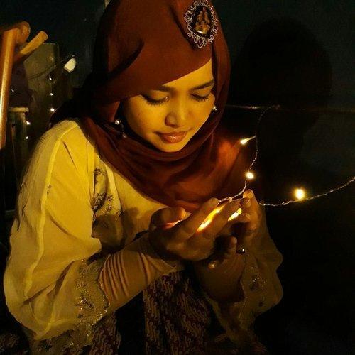 Tue, June 6th, 2017 --- 🍸🍰🍟🍝 Lagi pada cari tempat #BukBer yg punya #rooftop di #Depok ? Ke #BaperinAja @tempat_baper_ 😂 Apalagi kalau lagi #baper 😎 #Senja di sini bikin baper binggo lho hihi... Malemnya juga #romantis jd seperti makan di taman rooftop dengan penerangan kelap-kelip lampu LED 😻 Karena di kota susah cari #kunangkunang ( #fireflies ) so... kami tangkap lampu aja 😂😂😂 namanya juga lagi baper hahaha - -  Kali ini kami menikmati main course : #PaketNasiBali dan #PaketNasiAyamBakar . Dessertnya: adal #ChocoLavaCake with #IceCream , #KulitAyamCrispy , #OreoMilkshake #FrenchFriestoppingcheese . Masih perlu juga tambaham air mineral karena porsi ice tea di paketnya sedikit lol 😅 takjilnya juga ala kadarnya. Pesen 3 paket yg katanya plus takjil, tp takjilnya hanya 1 gelas 😂😂😂 TAPI... karena memang makanan di sini murah dan rooftopnya cukup nyaman, kami ga protes deh hihihi... So, buat students sih di sini cucok bingit... murmer hihihi #HappyIftar ! - - - - - - #clozetteid #hootd #style #modestfashion #headscarf #hanbokbatik #foodtraveler #foodhunter #foodie