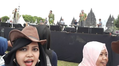 Fri, August 18th, 2017---- 🎹♩🎶🎵🎷 @prambananjazz Day 1 #90smoment #performance by @linguaofficial #Lingua ❤ so sweet... #GenerasiAnakNongkrongMTV harus tahu lagu ini 🎶🎵🎷😘 - - - - - - @clozetteid #clozetteid  #hootd #indihomePrambananJazz2017 #countrystyle #denim #CandiPrambanan