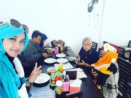 Thu, June 29th, 2017 --- 🚗🚘🏘 Alhamdulillah... back to my Papa's #hometown , Welcome to #Cirebon ! At #TrusmiSentralBatik one stop shopping and #culinaryspot ( H.Apud #EmpalGentong 🍜 & #EsTawuran 🍨 ) Yumm! - Yang lain dah pada lapeeerrr... si Bubu masih eksis ajah 😂😂😂 - - - - - @clozetteid #clozetteid #hootd #fashion #style #modestfashion #modestwear #stylecovered #hijabi #HijabIndobesia #muslimahtraveler #hijabtraveler #denim #chic #foodtraveler #foodhunter