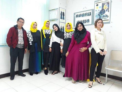 LATEPOST: Tue, August 28th, 2018 ---👛👜👘👠👡 #FinalProject / TA #Presentation #DesainMode #PoliMedia 2018 Day 1👖👗👜👠Ada yang terinspirasi oleh keindahan ikan laut #Indonesia dan juga bunga #flora yg unik di Indonesia. Alhamdulillah... karya-karya mereka ini suka beredar di acara2 televisi lho!... proud of them!😍 Semoga tambah berjaya!👡👠👘👜👛👗Marathon nguji nih, alhamdulillah bertahan dari pagi sampai sore, meski kadang mesti boboan dulu saat break di ruang dosen haha 🤣 kalo nggak punggungnya berasa keram 🙈----#clozetteid#nhkkawaii#fashion#modestwear#fashionstudents#lecturers#bumildiary#mypregnancylife#2months