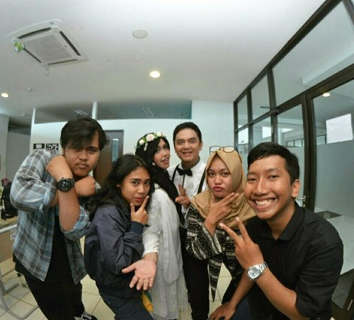 "Sat, October 14th, 2017--- 🌹🌹🌹"" THE #COUPLE (S?) 😂😂😄😄😄 *Buru2 kabooor sama A' @erdin.saef 🌹🌹🌹--Thank you @inkamarshanda for this #emeshin photos 😄😎😉 Thank you for this #squad too... photo bareng kalian berasa sambil main ajah. #chemistry nya dapet. Otsukaresamadeshita!... semoga yg bantuin kami #prewed ini cepat menyusul (dengan siapapun jodoh terbaiknya yaa... 👄🌹😘 amiiin ❤) all the best buat apapun mimpi dan plan kalian juga amiin . Love ya! ----#clozetteID #hootd #ootd#btsprewedding #BlackandWhite#vintagestyle#modestfashion#modestwear#PoliMedia"