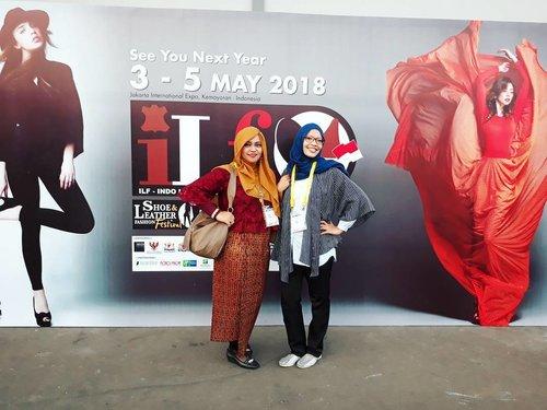Fri, May 19th, 2017 --- 👢👠👞 Bu Pinki eksis gaya dengan #Lurik outernya yg benuansa hitam ,  #HestiSensei eksis gaya dengan #sarong bernuansa merah . Mirip dengan foto model yg jadi background kami yaa haha! Yg nuansa hitam lebih #casual and #boyish sdgkn yang nuansa merah lebih #glamour #romantic 😎😍😆 - - - #FashionShow 7 #Desainer #Polimedia #students at #IndoLeatherandFootwear2017 #exhibition . See you next year inshaAllah! 😇💗🌷 👞👠👢 - - - #clozetteid #fashion #style #hootd #mode #modestfashion #modestwear #hijabi #JakartaFashion #lecturer #catwalk #stage