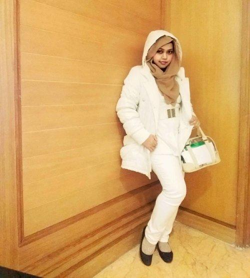 "LATEPOST: Wed, Sept 28, 2016--- (Ceritanya) #DramaKorea 😂😄😂 my #hootd #fashion #style at #PICU #Fotografi Indonesia 2016 day 2 💖💕Ini #winter / #fall #jacket yang daku beli sama Bu Ing hihihi... keceh kan? Nggak kalah gaya sama #Supermodel #GigiHadid 😂😂😂 masih dengan tema "" #whitelove"" , 2 hari ini pakai warna serba #putih 😉 #clozetteID @clozetteid #modestwear #modestfashion #vintage #vintagestyle #romantic #photostory #headscarf #winterjacket #whitejacket #coveredstyle #stylishmodesty"