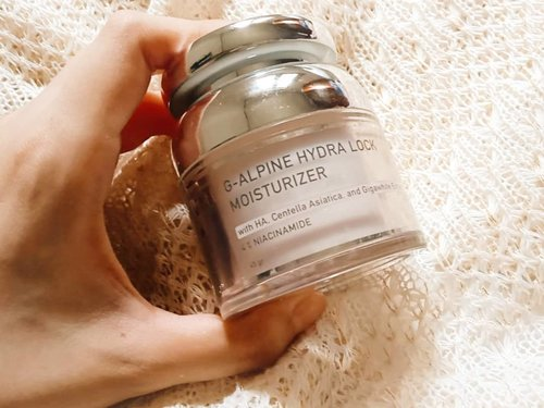 𝐆-𝐀𝐥𝐩𝐢𝐧𝐞 𝐇𝐲𝐝𝐫𝐚 𝐋𝐨𝐜𝐤 𝐌𝐨𝐢𝐬𝐭𝐮𝐫𝐢𝐳𝐞𝐫  G-Alpine Hydra Lock Moisturizer dikemas dalam jar berukuran 45 gram. Mirip dengan G-Alpine Brightening Serum, kemasan pelembab ini juga terbuat dari plastik dengan dual layer sehingga memberikan kesan eksklusif. Pada bagian dalam jar juga terdapat inner lid untuk menjaga higienitas produk. Pelembab ini tidak disertai spatula.  Tekstur dari G-Alpine Hydra Lock Moisturizer ini berupa watery gel dengan warna kecoklatan. Teksturnya menurut saya cukup nyaman digunakan dan memberi efek sedikit sejuk saat diaplikasikan. Sama sekali tidak lengket ataupun berminyak. Pelembab ini memiliki aroma kimia, tidak bau dan tidak wangi menyengat.  Review produk @bhumiofficial selengkapnya bisa dicek di blog melsplayroom.com ya 🤗 . . . #beautyinfluencer #beatthealgorithm #skincarecommunity #igskincare #skincarereview #skinessentials #skincareproducts #skinfluencer #selfcare #glowingskin #skingoals #abcommunity #asianskincare #abskincare #abbeatthealgorithm #discoverunder5k #rasianbeauty #beautyflatlay #beautyfavorites #skincareblogger #beautyblogger #beautybloggerindonesia #jakartabeautyblogger #clozetteid