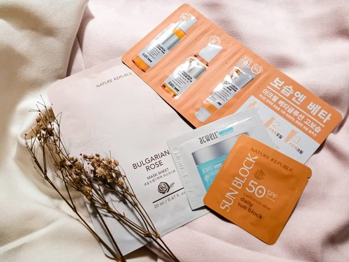 The sachets.  I got few @acwell_official and @naturerepublic.id samples by @lynecosmetics.id.  What intriguing me most is the bulgarian rose #sheetmask. Anybody ever tried it on?  #tuesdaymood #tuesdayvibes #pinkaesthetic #aesthetic #aestheticallypleasing #skincareblog #skincareenthusiast #skincarejunkie #skincareaddiction #skincareobsession #takecareofyourskin #iloveskincare #skincareflatlay #beautyflatlay #slave2beauty #slaytheflatlay #flatlayphotography #igskincare #skincare101 #kbeautyblog #kbeautycommunity #kbeautyaddict  #idskincarecommunity #jakartabeautyblogger #clozetteid