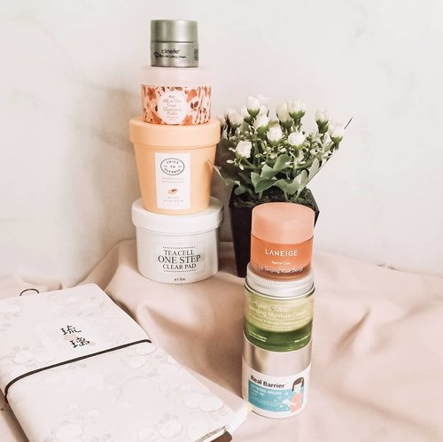 #towerthursday be like. Is there any product you also have? Tell me! 😘 . . . #skincareobsession #skincareaddiction #skincareenthusiast #skincarethread #skincareshelfie #koreanskincare #koreanskincareproduct #kbeauty #kbeautycommunity #kbeautyblog #igskincare #instaskincare #instabeauty #skincareflatlay #beautyflatlay #slave2beauty #slaytheflatlay #takecareofyourskin #365inskincare #thursdaymood #thursdayvibes #idskincarecommunity #jakartabeautyblogger #clozetteid
