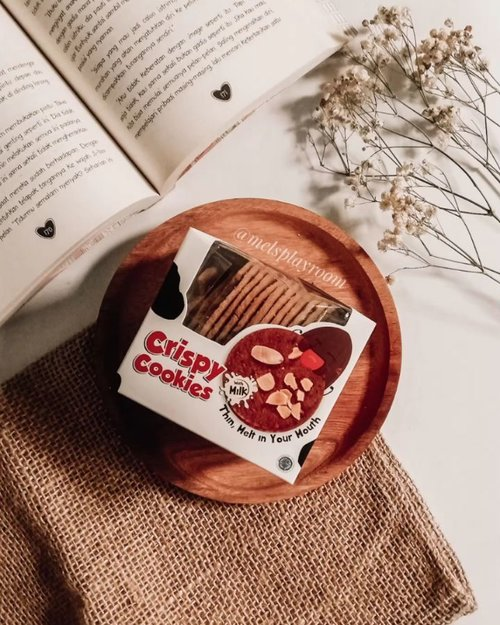 Crispy cookies that thin but melted once in the mouth? Ya cuma Crispy Cookies-nya @chocomory sih. Memiliki rasa cinnamon dan taburan kacang almond membuat rasanya nggak terlalu manis. Cocok banget buat dijadiin temen ngeteh atau ngopi.Harga 1 box-nya cuma 19,5k aja lho dan bisa diorder via Shopee!Handled by @hineni.management...#cookies #crispycookieschocomory #chocomory #wherehappinesscomesalive #snacktime #teatime #coffeetime #coffeebreak #drinktea #drinkcoffee #trynewthings #giveitatry #aesthetic #flatlay #lofi #lofiedits #mukbang #mukbangvideo #cookiesofinstagram #delicious #instagramvideo #clozetteid #foodporn #addictedtocoffee #teaaddict #slamatharikemerdekaannri
